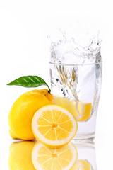 Deurstickers Opspattend water Zitronen splash in Wasserglas