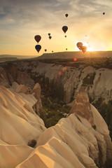 Obraz Balony nad formacjami skalnymi w Kapadocji, Turcja - fototapety do salonu