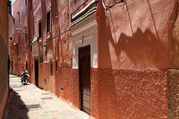 Petite rue de Marrakech au soleil de midi