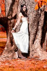 Attraktive Junge Frau mit Stirnband und weißem Kleid Hippie in