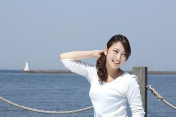 海辺の若い女性
