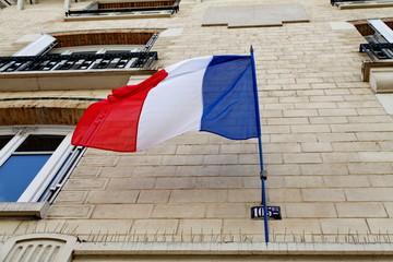 Drapeau tricolore sur une façade