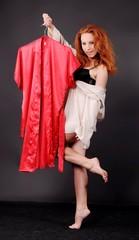 девушка показывает красный халат