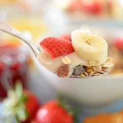 Fototapete - Esslöffel mit Früchten,Haferflocken und Sojacreme