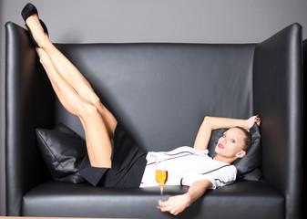 weibliches Model posiert in einem Ledersessel