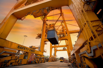 container operation in port series - fototapety na wymiar