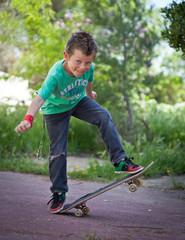 Jeune skater faisant une figure