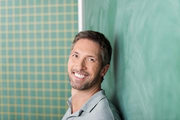 lächelnder lehrer vor der tafel