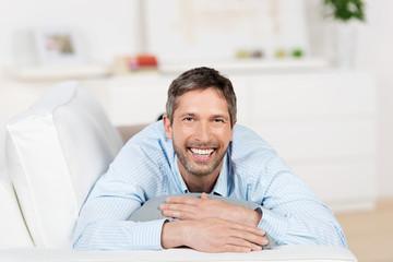 lachender mann auf dem sofa