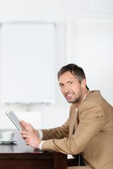lächelnder geschäftsmann mit tablet