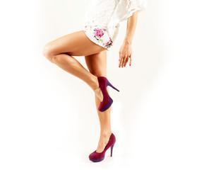 attraktives weibliches Model präsentiert ihre Beine