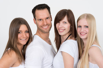 Gruppe fröhlicher, junger Menschen