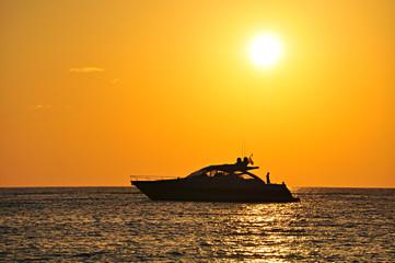 Barca motoscafo silhouette tramonto