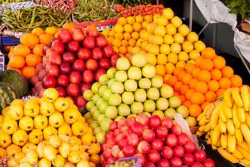 fruits de toutes les couleurs sur le marché