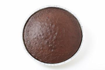 torta al cacao in contenitore di alluminio sfondo bianco