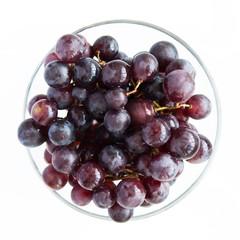 Сочный, насыщенный виноград в бокале