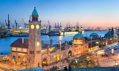 Landungsbrücken und Hafen in Hamburg