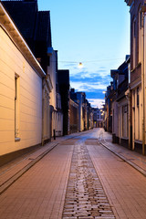 Fototapete - narrow street in Groningen at night