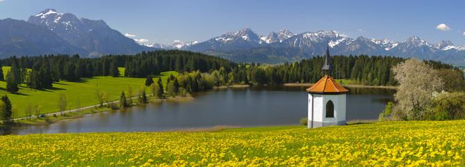 Wall Mural - Alpenpanorama mit See und Kapelle in Bayern