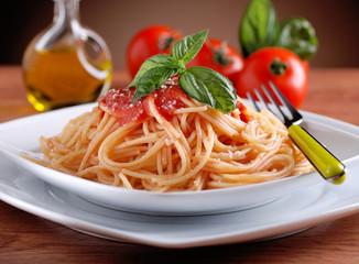 spaghetti al pomodoro con foglia di basilico Wall mural