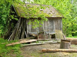 Alter Holzschuppen in einem Wald bei Rottenbuch in Oberbayern