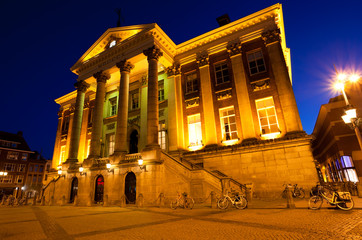 Fototapete - City Hall in Groningen at night