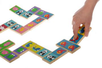 enfant jouant avec domino en bois