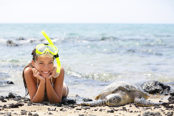 Leinwandbilder - Hawaii girl swimming snorkeling with sea turtles