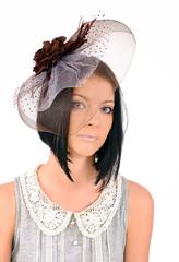 дама в коричневой  шляпке с вуалью