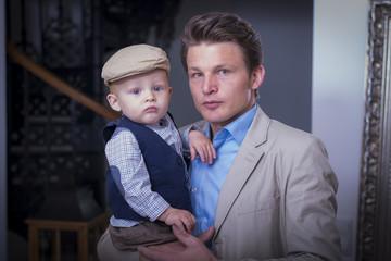Junger Vater hält Sohn auf dem Arm