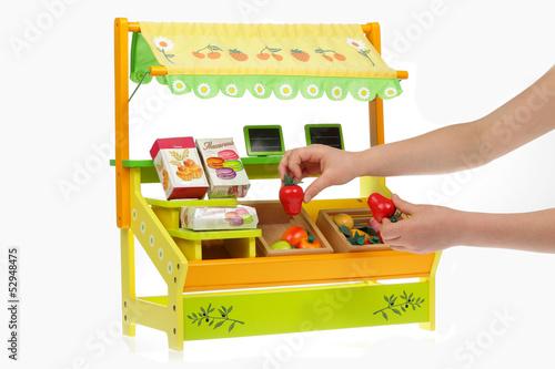 15583d3bccfce enfant jouant avec magasin jouet en bois