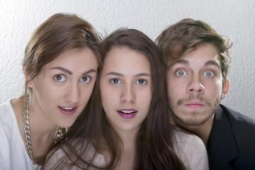 3 jovenes rostros sorprendidos