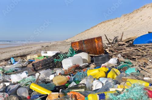 Plage Polluée De Déchets Plastiques Flottants Photo Libre
