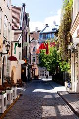 Красочная, солнечная, старая улица Риги