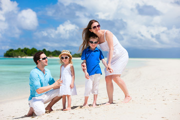 Fototapete - Happy family on tropical vacation