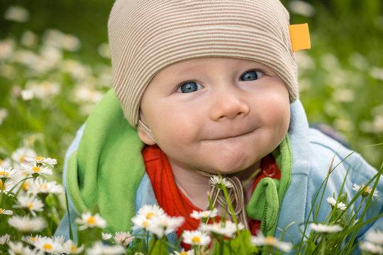 Baby auf der Blumenwiese