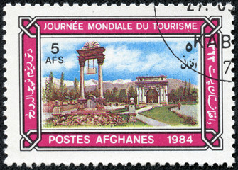 stamp shows Victory Monument and Memorial Arch