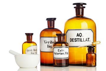 Apothekerflaschen, Mörser und Pipette isoliert