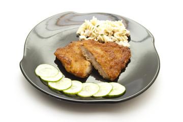 Paniertes Rindfleisch mit Nudelsalat und Salatgurken