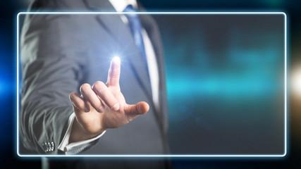 Geschäftsmann drückt virtuellen Knopf