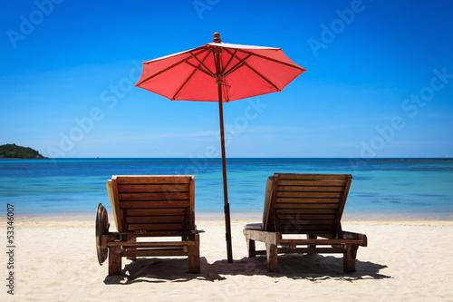 Желтый зонтик, шезлонг, море  № 1938178 бесплатно