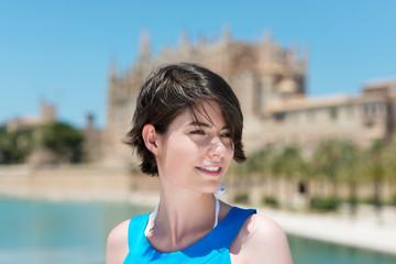 frau genießt den sommer in einer mediteranen stadt