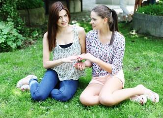 Zwei Mädchen auf einer Wiese