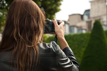 touriste prenant une photo au  jardin du musée Rodin à Paris