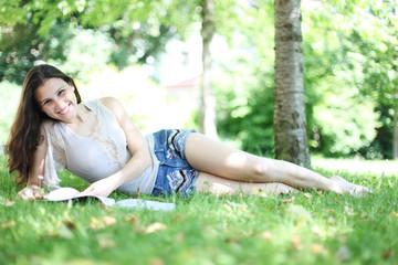 Mädchen entspannt im Park