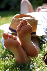 barfuß, Strohhut, Wanderer liegt in Gras
