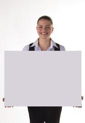 Junge freundliche Frau mit Tafel Schild grau