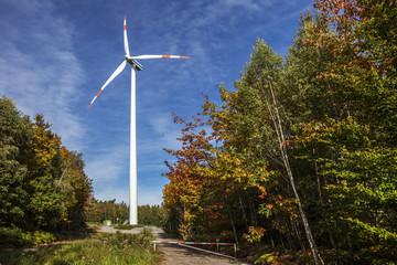 Energiegewinnung Windrad im Wald