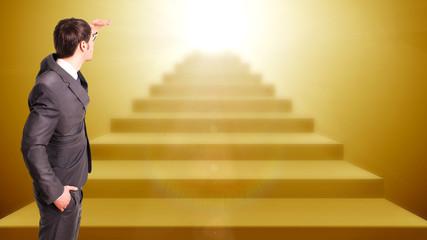 Geschäftsmann hält Ausschau nach Licht am Ende der Treppe