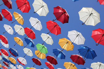 Renkli Uçan Şemsiyeler